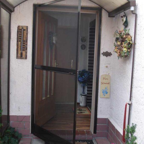 Schwenktür für Ihre Haustür in braun